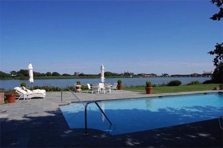 Bể bơi của dinh thự nằm ngay bên hồ Agawam.