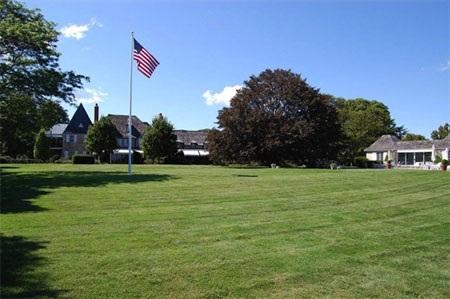 Sân sau của dinh thự rất rộng lớn.