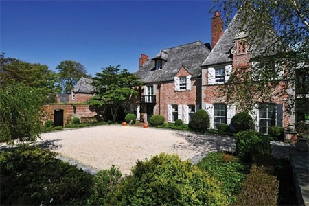 Dinh thự được đặt tên là Normandy bởi mang kiến trúc phong cách Pháp và phần mái màu xám.