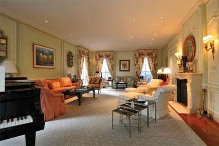 Phòng khách có nhiều chi tiết gợi nhớ đến thời kỳ đầu thế kỷ 20.