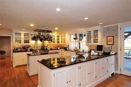Gian bếp rộng rãi và hiện đại.