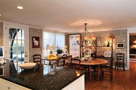 Góc ấm áp ngay trong nhà bếp này có thể được dùng làm nơi ăn sáng.