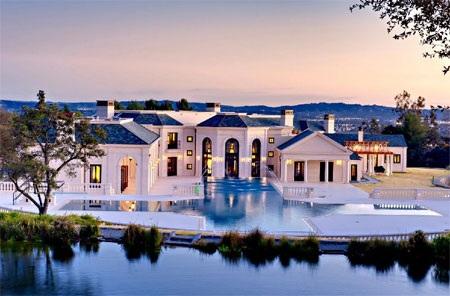 Dinh thự tọa lạc ở vùng Bradbury của bang California.