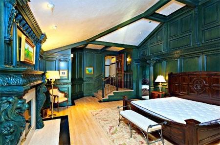 Một phòng ngủ với tông màu xanh độc đáo.