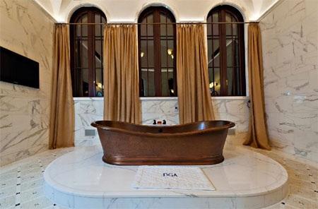 Một phòng tắm với bồn gỗ.