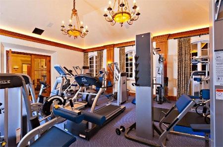 Khi bỏ ra 68,8 triệu USD để mua căn nhà, bạn chắc chắn sở hữu một phòng tập hiện đại thế này.