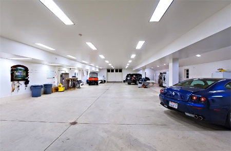 Garage rộng lớn.