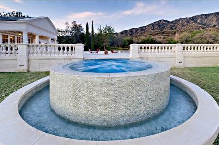 Bể bơi nước nóng ngoài trời của dinh thự.