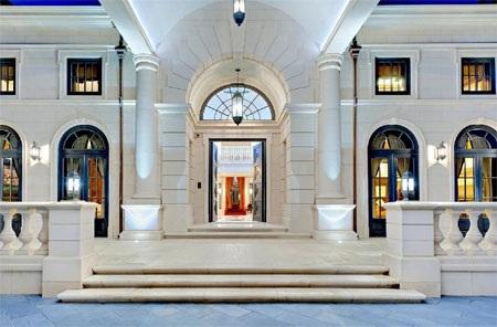 Những cột đá màu trắng từ cửa vào tạo cảm giác về sự sang trọng, bề thế.