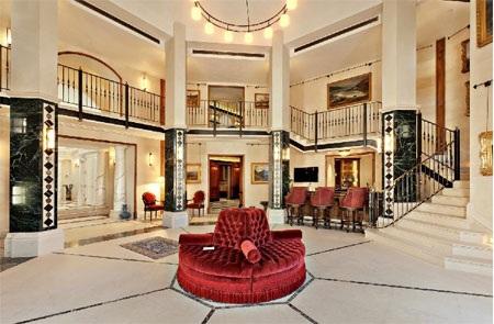 Sảnh chính của căn nhà gợi nhớ đến sảnh của một khách sạn cao cấp.