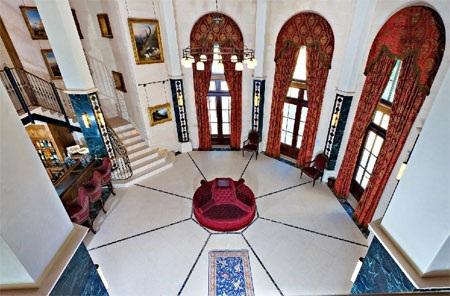 Sảnh chính nhìn từ tầng hai của căn nhà.