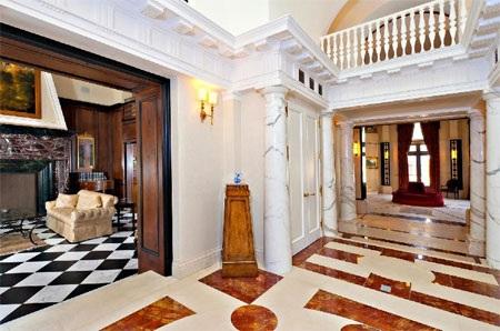 Hành lang dẫn vào phía trong của dinh thự.