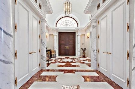 Sự sang trọng toát lên từ mặt sàn lát đá marble.