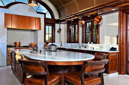 Phòng bếp trông khá truyền thống nhưng đầy đủ các thiết bị hiện đại.