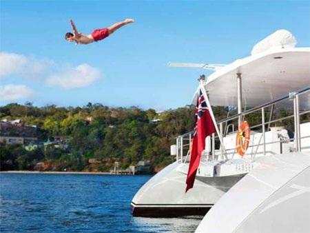 Với du thuyền này, khách có thể chơi môn nhảy cầu…
