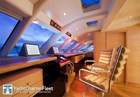 Phòng điều khiển du thuyền, nơi thuyền trưởng làm việc.