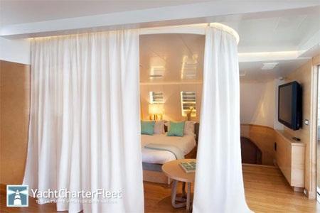 Một phòng ngủ có rèm màu trắng.