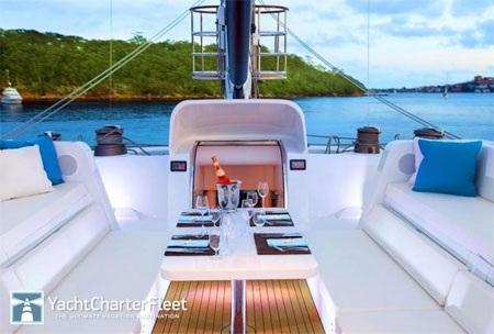 Nếu có 12 khách trên du thuyền này, hai người sẽ phải ngủ ở boong trên.