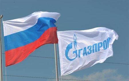 Cờ của tập đoàn khí đốt Gazprom bên quốc kỳ Nga.