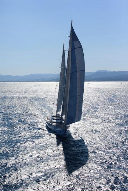 Du thuyền Felicita West nổi bật trên mặt biển.
