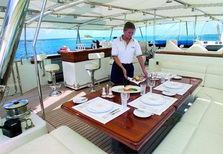 Một khu vực dùng bữa trên du thuyền.