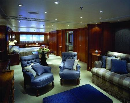 Một căn phòng xa xỉ trên du thuyền Felicita West.