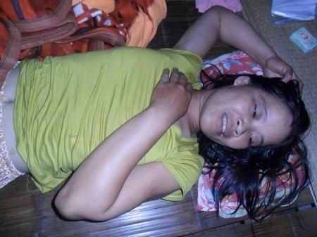 Chị Ngoãn sau cơn điên kiệt sức nằm mệt lả