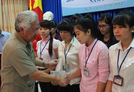 Cùng trao học bổng có ông Nguyễn Thế Quang, Chủ tịch Quỹ Khuyến học Việt Nam