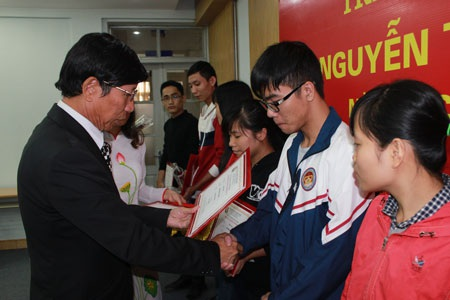 20 suất học bổng Nguyễn Trường Tộ tiếp tục đến với sinh viên nghèo vượt khó