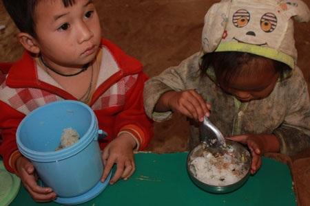 Khẩu phần ít ỏi, đạm bạc nhưng các em bé vẫn ăn ngon lành