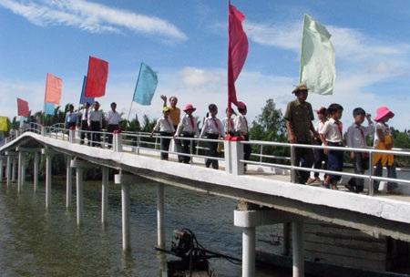 Cây cầu mơ ước nối đôi bờ vui của bà con thôn Kinh Xáng và Tây Yên 2 nao nức trong ngày khánh thành