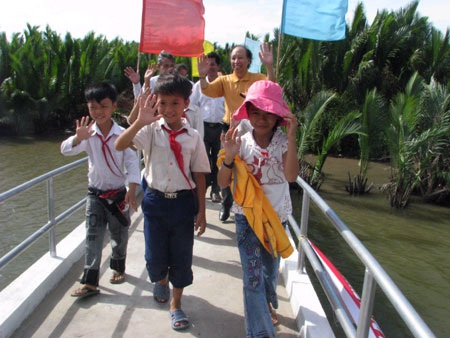 Các em học sinh đã có một cây cầu chắc chắn, an toàn trên đường đến trường