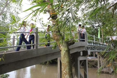 Đây là cây cầu bằng ván mục nối 2 xã Trường Xuân A và Trường Xuân B, huyện Thới Lai, TP Cần Thơ
