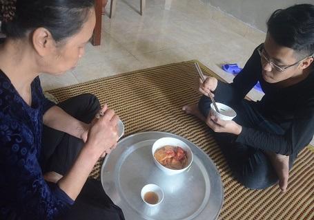 Bữa trưa của 2 mẹ con, chỉ là đậu bán ế chưng ăn với cơm nguội
