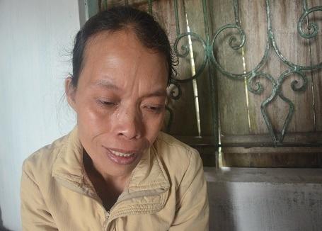 Vẻ mặt hiện rõ sự đau đớn tột cùng của người mẹ nghèo khó.