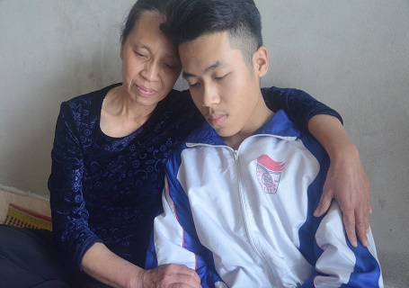 Túng quẫn 2 mẹ con chỉ biết ôm nhau trong vô vọng.