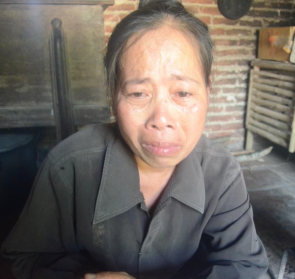 Người vợ hiền tần tảo của anh, đau đớn khi nghĩ đến tương lai không lối thoát của gia đình mình.