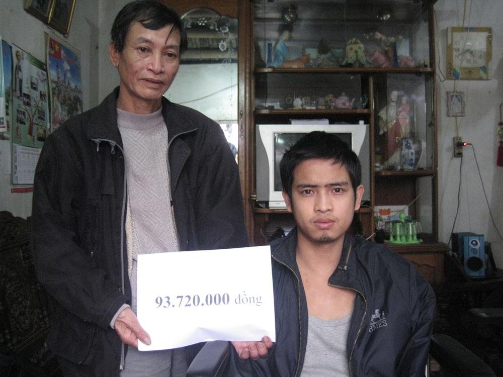 Hai bố con anh Phạm Đức Mạnh nhận số tiền 93.720.000 đồng do bạn đọc Dân trí ủng hộ qua Quỹ Nhân ái