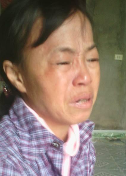 Người mẹ nhạt nhòa nước mắt khi nghĩ đến tương lai của 3 đứa con hiếu học