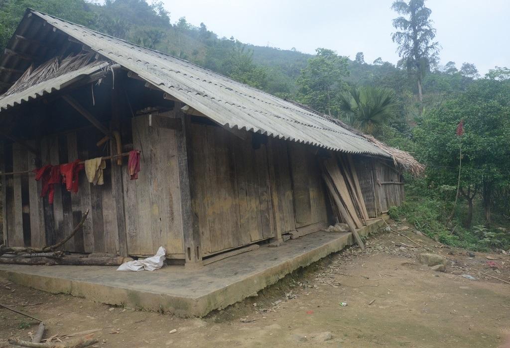 Ngôi nhà xập xệ của gia đình bà Khé, nằm cheo leo trên sườn núi