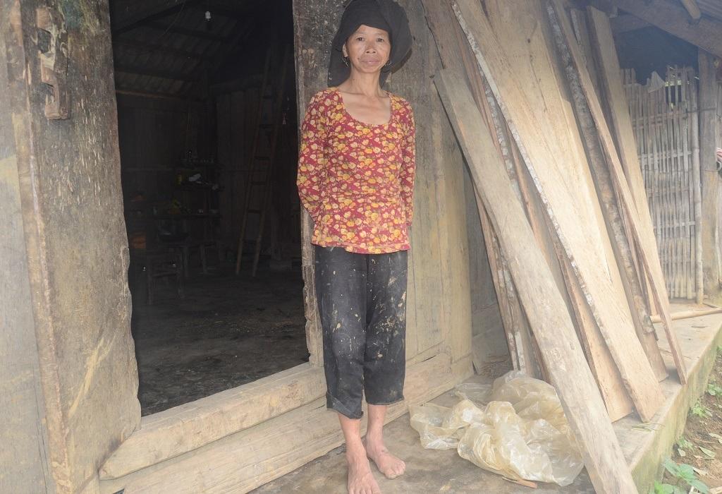 Chị Triệu Mùi Piền (45 tuổi) là con dâu bà Khé, cũng bị phát điên sau khi chồng chết.