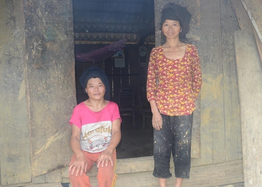 2 người đàn bà điên này ngày ngày chỉ biết đi lang thang, đói bụng thì mò về nhà.