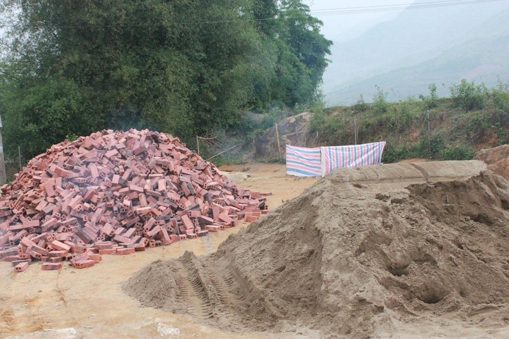 Phòng học trống trước hở sau của các em học sinh điểm trường Nà Cóc đã bị tháo dở