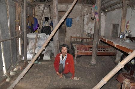 Anh Sổng trong ngôi nhà xập xệ, đổ nát hồi tháng 1/2015 khi lần đầu tiên PV Dân trí đến thăm anh