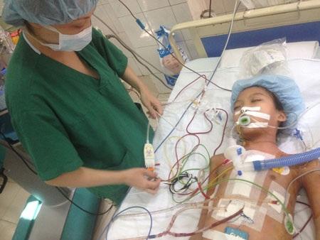 Bé Thanh Mai sau ca phẫu thuật tim kéo dài 6 tiếng đồng hồ đã được chuyển sang phòng hậu phẫu