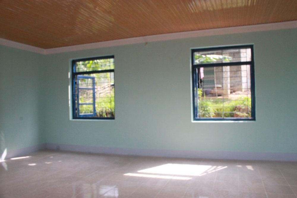 Tường được sơn sạch đẹp, nền nhà lát gạch hoa, trần lợp tôn chống nóng