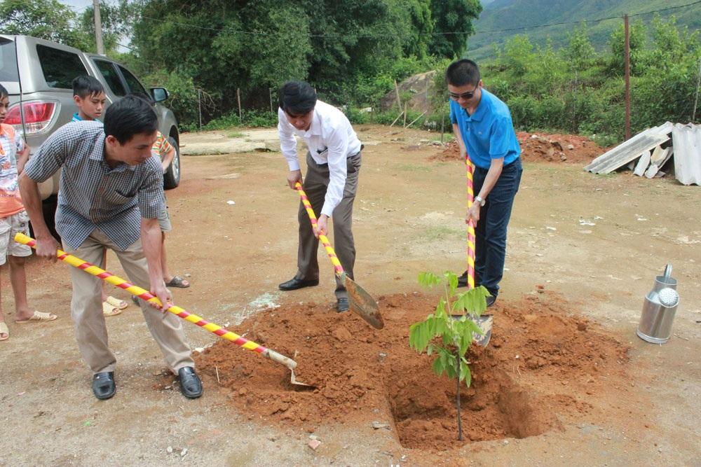 Các đại biểu trồng cây lưu niệm tại điểm trường Nà Cóc nhân dịp khánh thành 3 phòng học mới