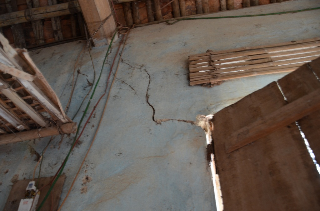 Hiện 3 mẹ con sống trong căn nhà đã xập xệ cũ nát, có thể sập bất cứ lúc nào