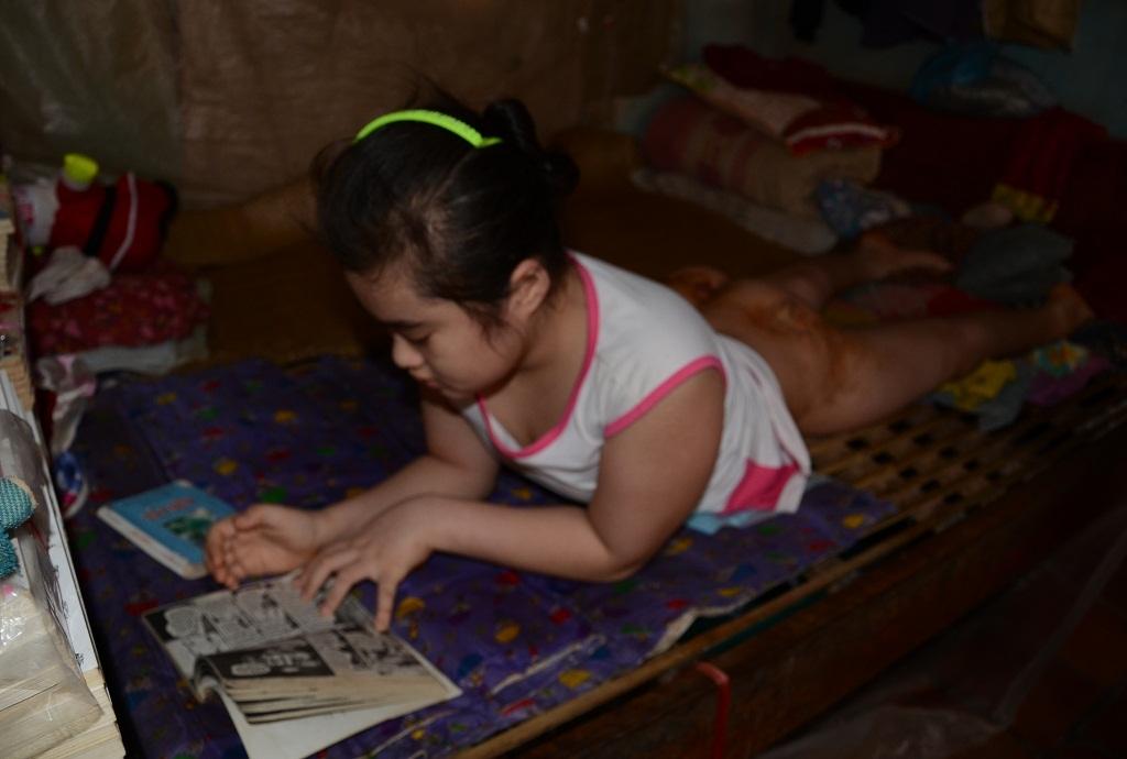 Dù phài nằm một chỗ, nhưng Hồng Hoa rất ham học và thích đọc sách