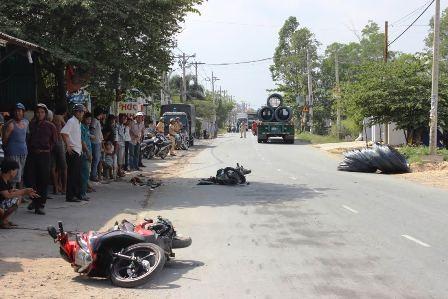 Hiện trường vụ TNGT cuộn sắt văng xuống đường làm 3 người trọng thương.